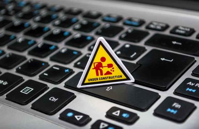 im Bau befindliche Beschilderung auf Laptop-Tastatur