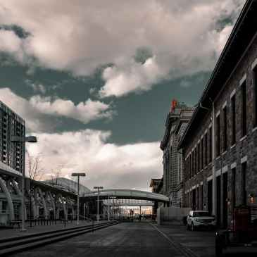 eine leere Straße unter bewölktem Himmel