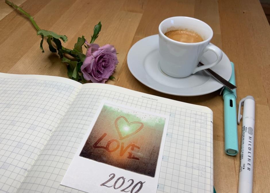 Titelbild eines Bullet Journals mit einer Tasse Kaffee