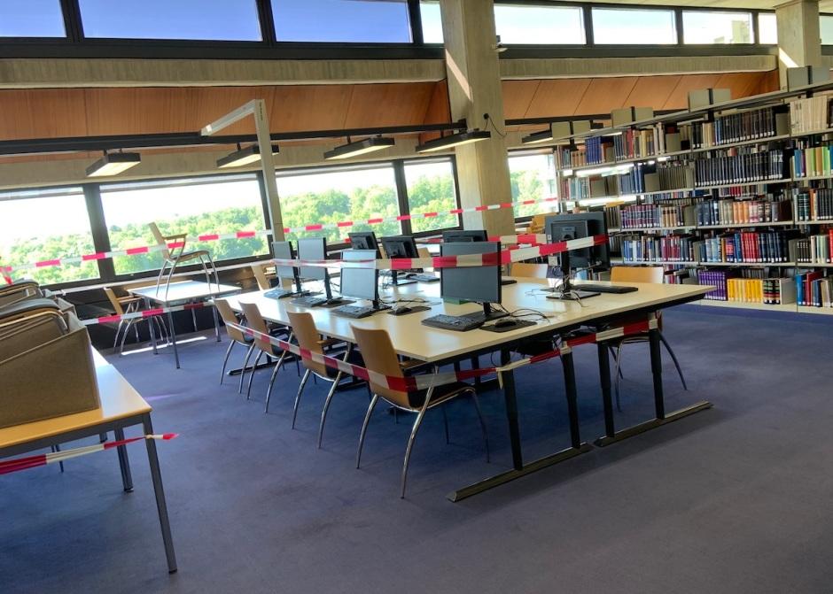 mit Absperrband abgesperrte Lernbereiche in einer geschlossenen Bibliothek