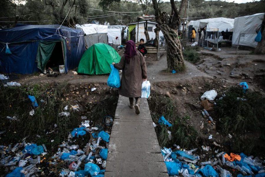 Eine Frau im überfüllten Lager Flüchtlingscamp Moria