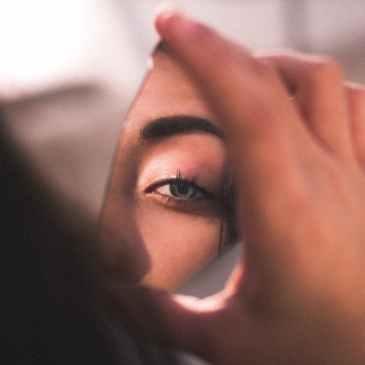 Ein Bild einer Frau in einem zerbrochenem Spiegel