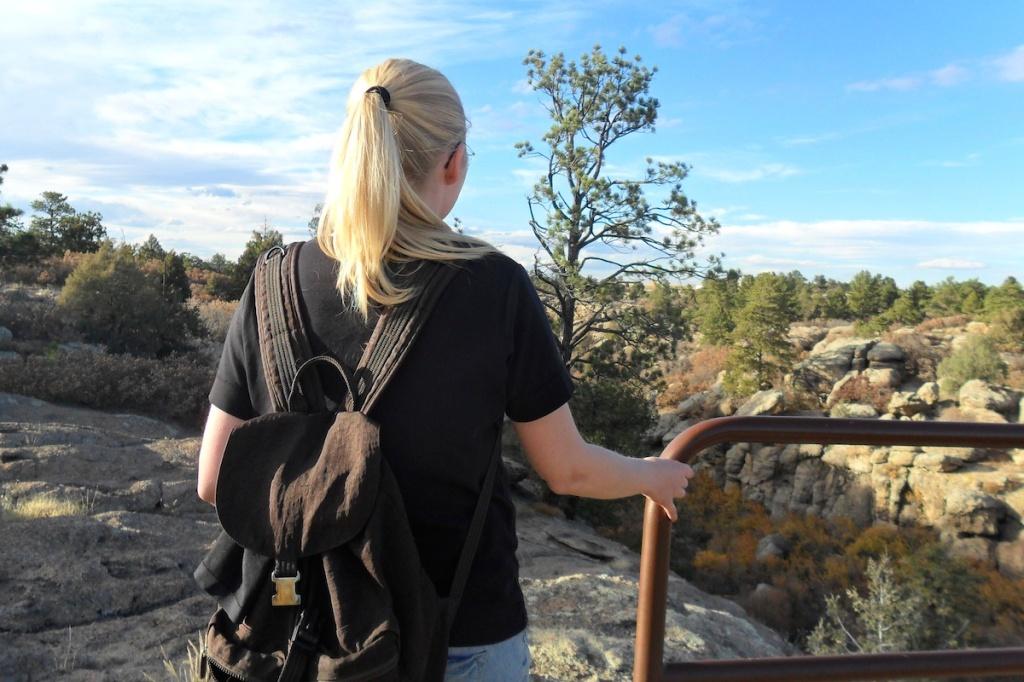 Fernweh: In einem Nationalpark in Colorado steht eine Frau und sieht in die Natur.
