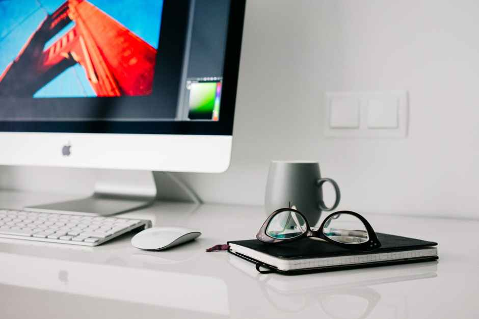 Bild eines Schreibtischs mit Laptop, Notizbuch
