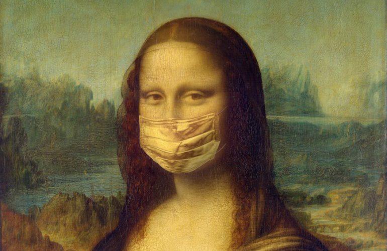 Das Kunstwerk Mona-Lisa trägt einem Mund-Nasen-Schutz, sowie Desinfektionsmittel in den Händen.