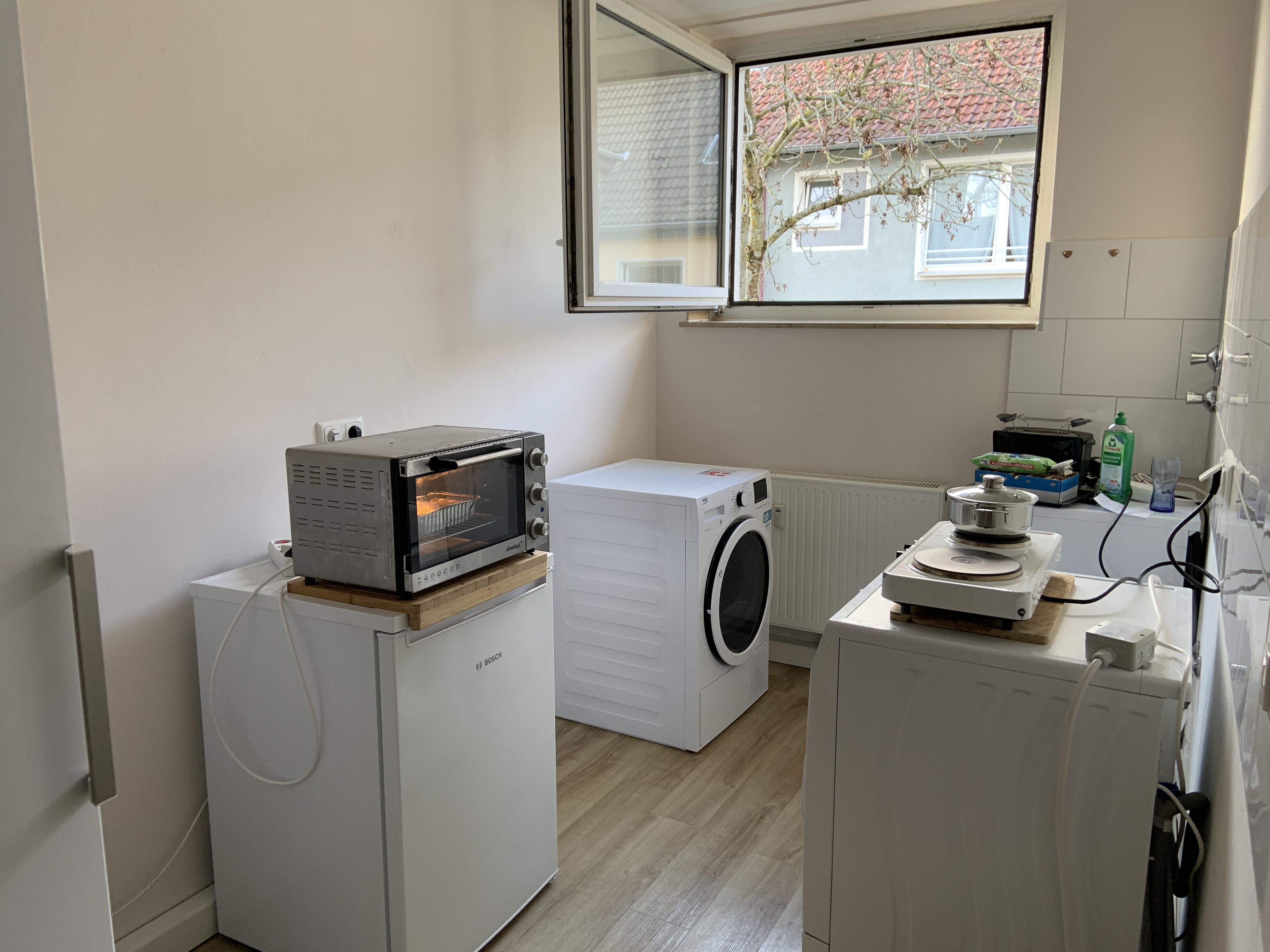 eine leergeräumte Küche mit einigen Elektrogeräten