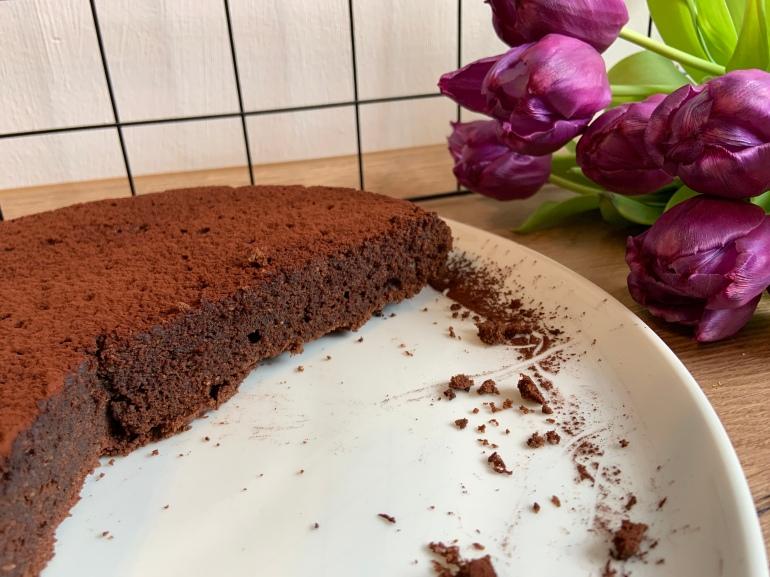 Eine angeschnittene Tarte au Chocolat