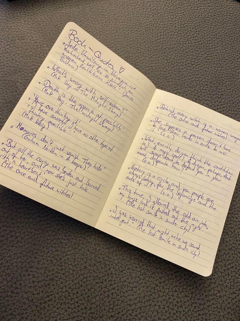 Aufgeschlagenes Notizbuch mit Zitaten aus Büchern