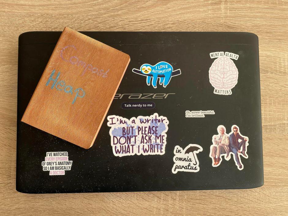 ein Notizbuch liegt auf einem zugeklappten Laptop